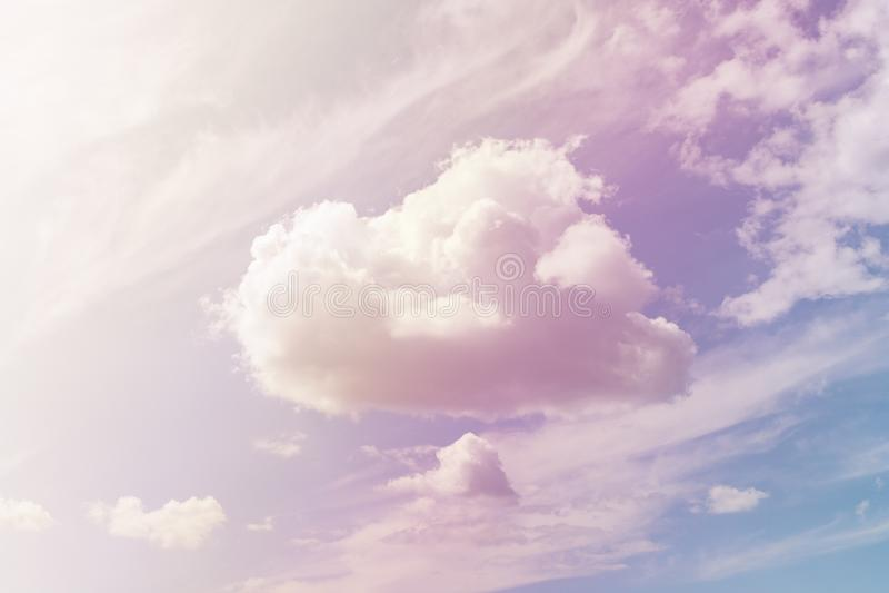 Nube mullida contra un cielo suavemente violeta fotos de archivo