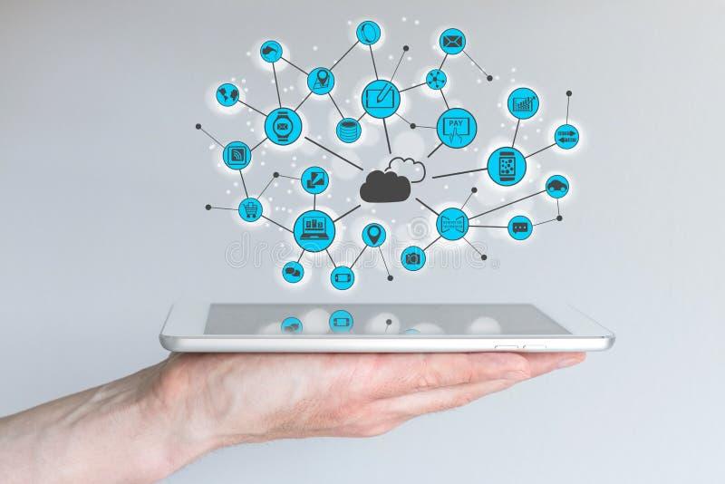 Nube que computa y concepto de la computación móvil Mano masculina que sostiene el teléfono elegante moderno stock de ilustración