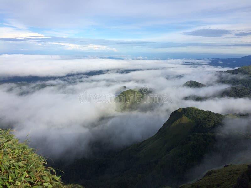Nube sobre la montaña foto de archivo libre de regalías