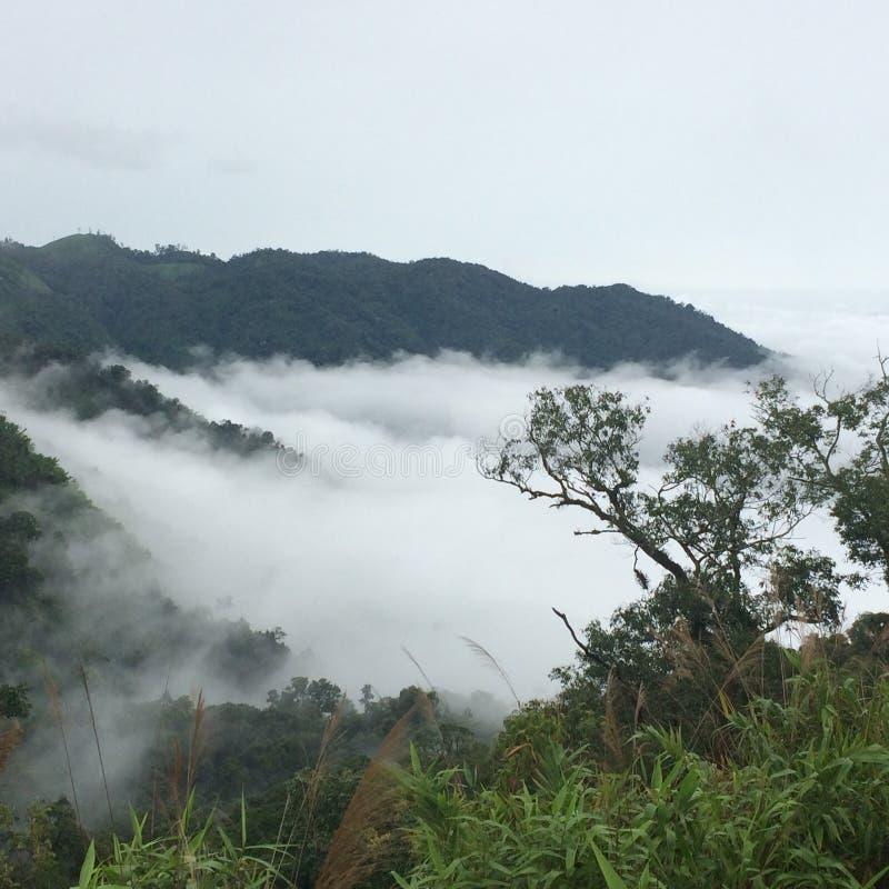 Nube sobre la montaña fotos de archivo