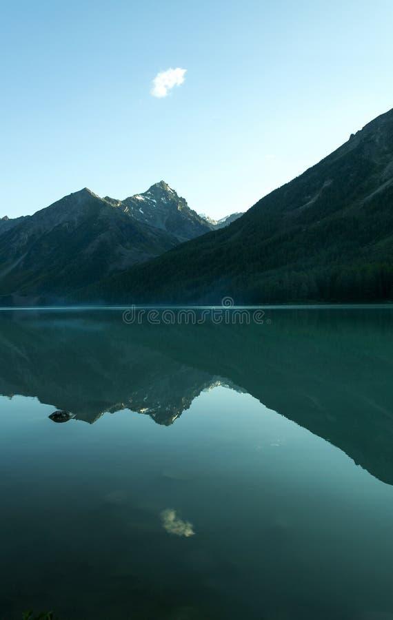 Nube sola sobre el lago azul marino fotos de archivo libres de regalías