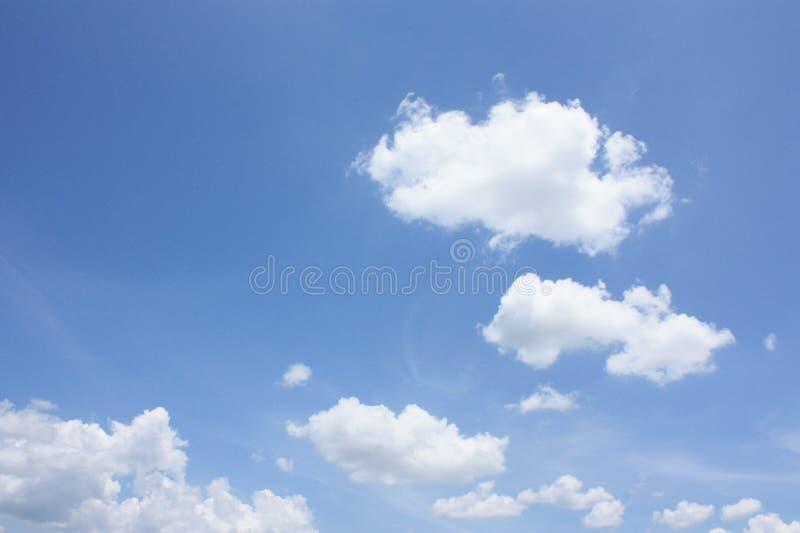 Nube su cielo blu immagine stock