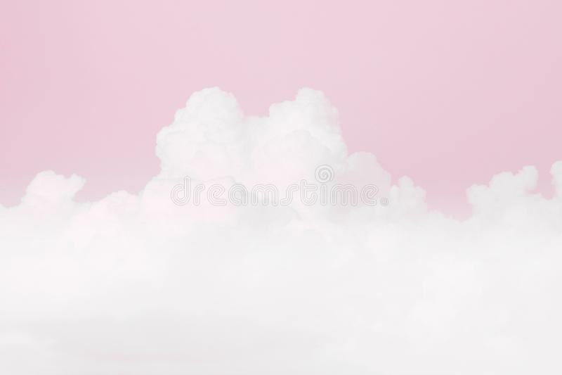 Nube suave del cielo, fondo suave del color del rosa en colores pastel del cielo, fondo de la tarjeta del día de San Valentín del foto de archivo