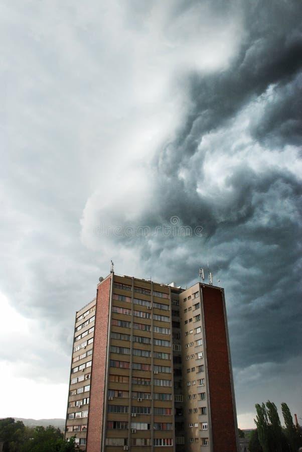 Nube tempestosa alla città immagine stock libera da diritti