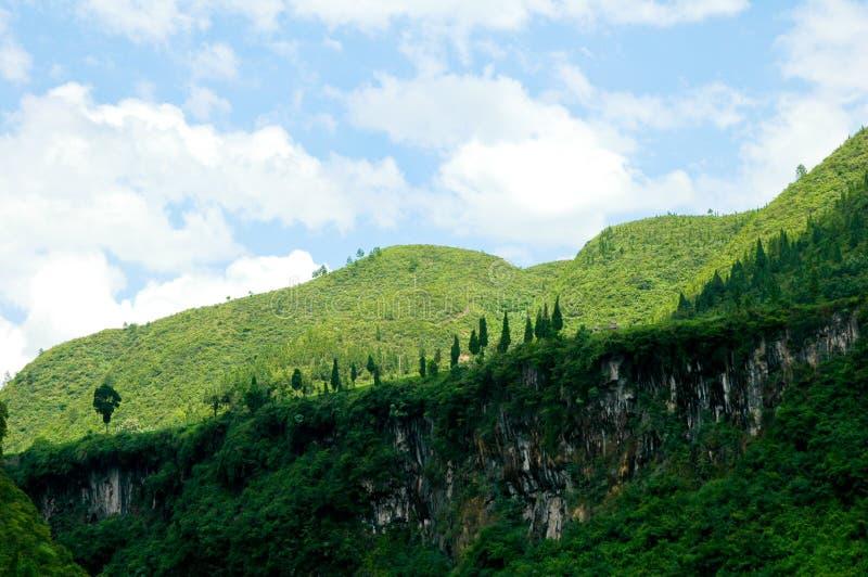 Nube verde di bianco della montagna fotografia stock