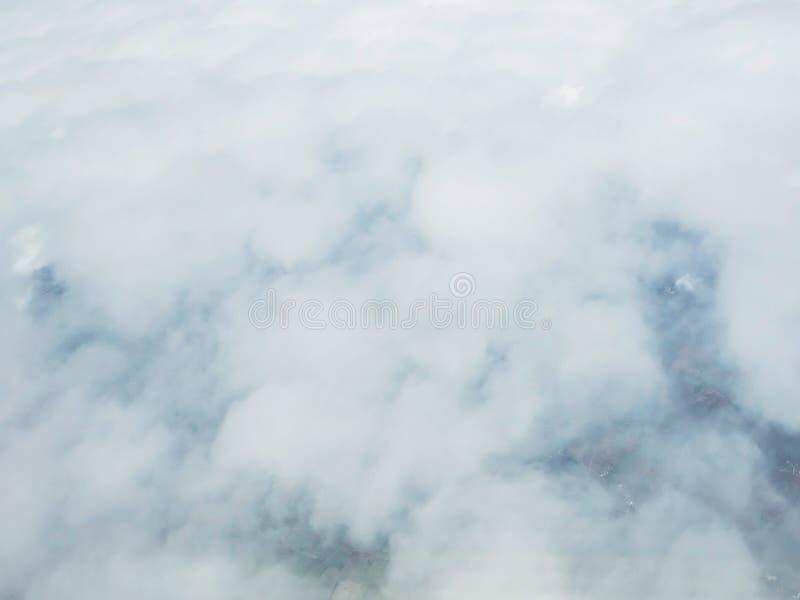 Nube vista a través de la ventana de aviones imagen de archivo