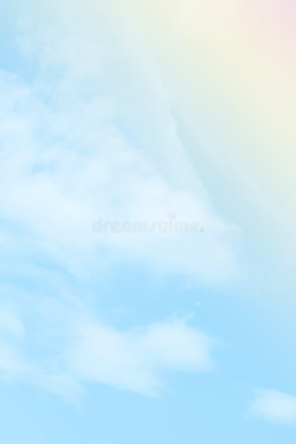 Nube y cielo suaves coloridos con el color en colores pastel de la pendiente para el contexto y la postal del fondo imágenes de archivo libres de regalías
