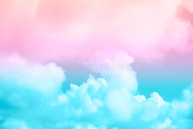 Nube y cielo suaves con color en colores pastel de la pendiente imagen de archivo