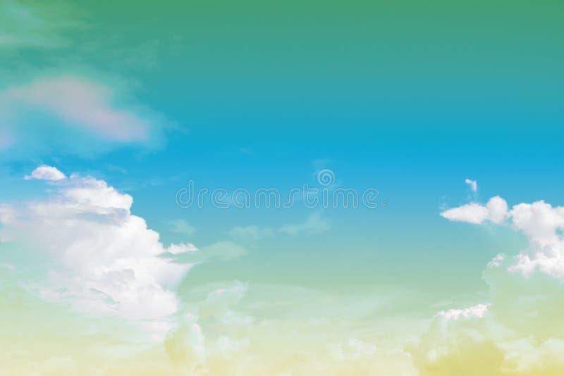 Nube y cielo suaves con color en colores pastel de la pendiente con el copyspace fotografía de archivo libre de regalías