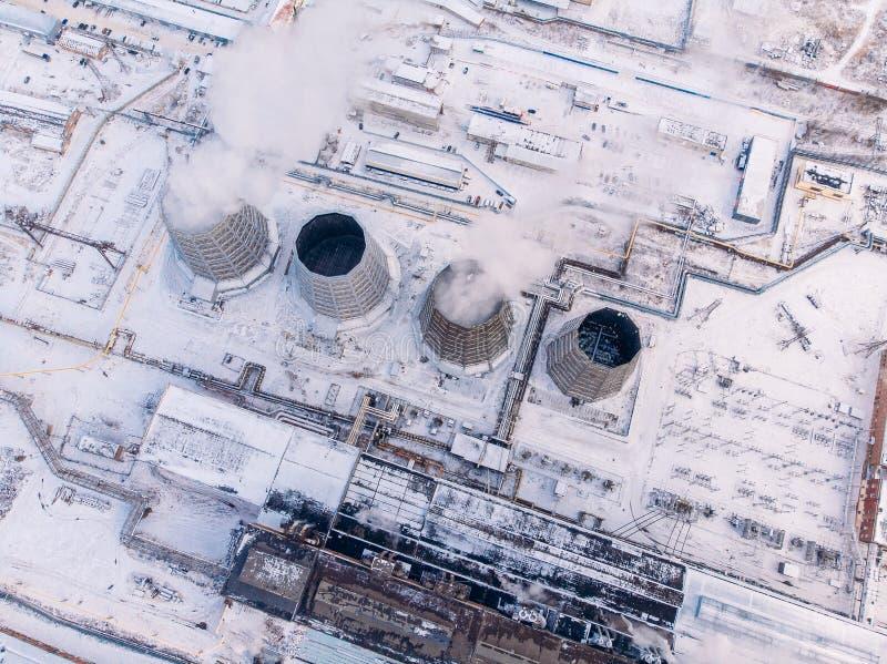 Nubes aéreas de visión superior del carbón central del electro industrial del calor de la torre de enfriamiento del humo y del va imagen de archivo