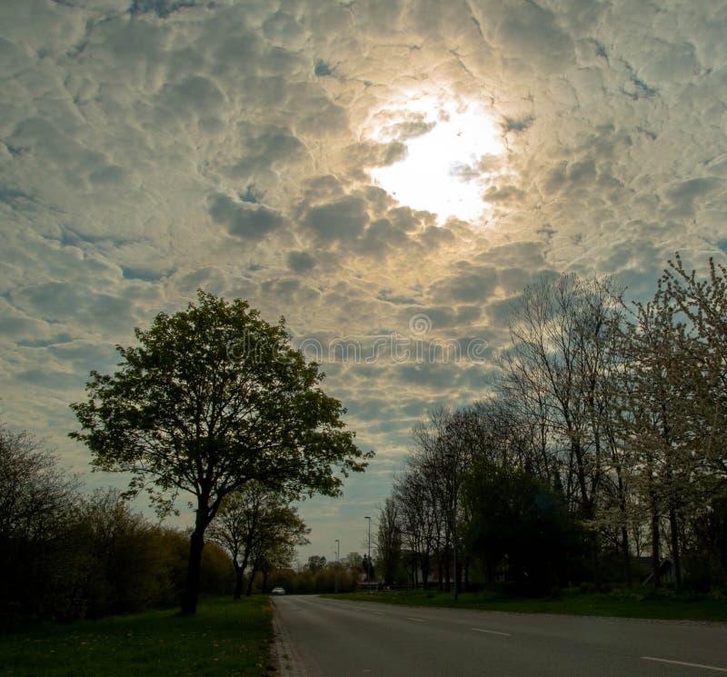 Nubes asombrosas en un camino de la mañana fotografía de archivo