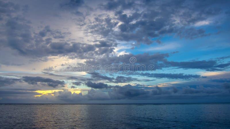 Nubes atmosféricas sobre el mar imagen de archivo libre de regalías