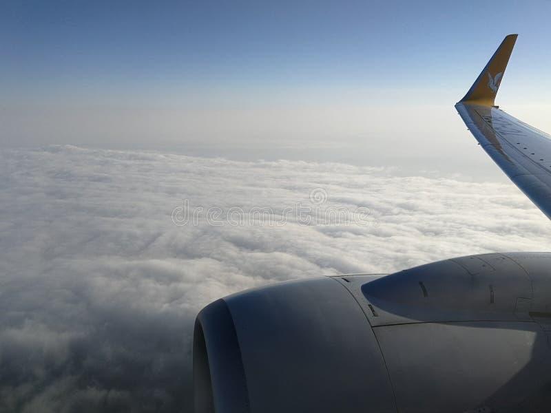 Nubes, avión y cielo foto de archivo libre de regalías