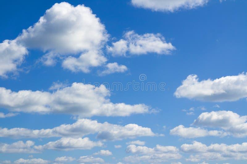 Nubes azules del cielo, grandes y pequeñas foto de archivo