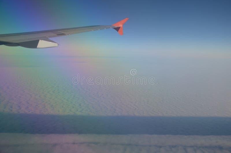 Nubes bajo el ala foto de archivo