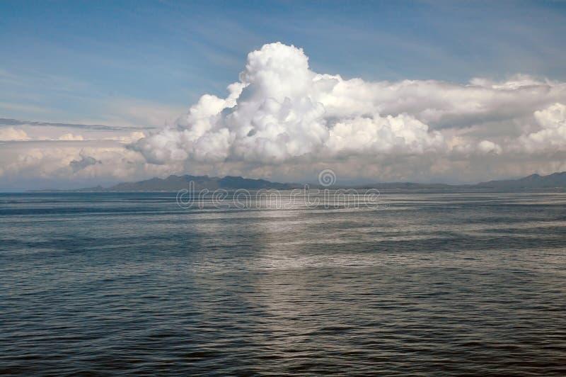 Nubes Billowing de la cubierta del barco de cruceros fotografía de archivo