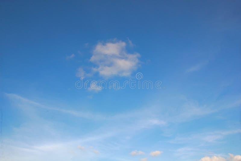 Nubes blancas con el cielo azul imagenes de archivo