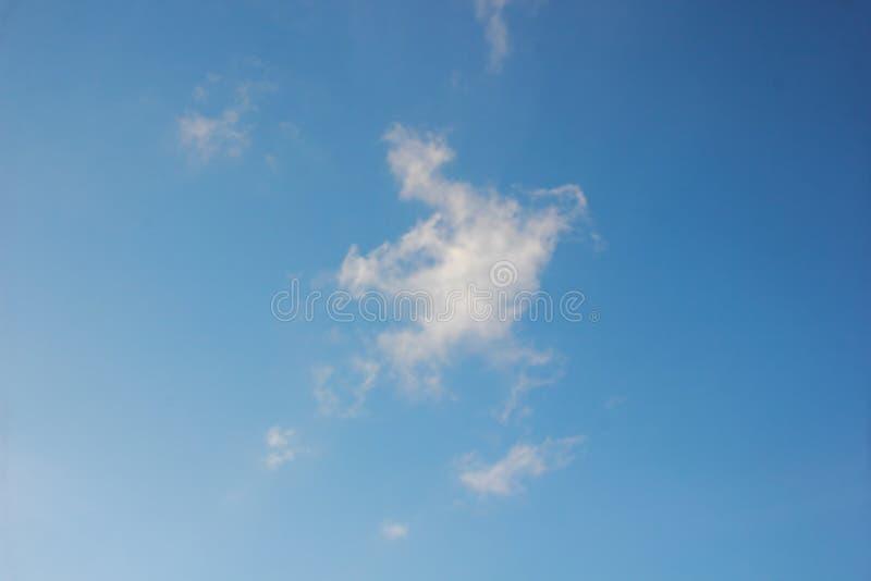 Nubes blancas con el cielo azul fotos de archivo