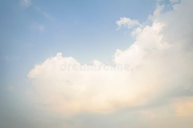 Nubes blancas con el fondo azul imágenes de archivo libres de regalías