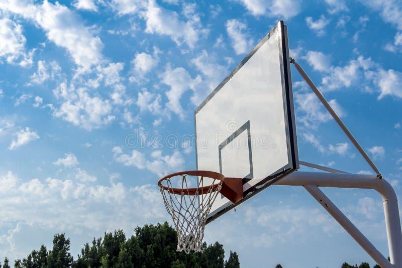 Nubes blancas del cielo azul del aro de baloncesto al aire libre imágenes de archivo libres de regalías