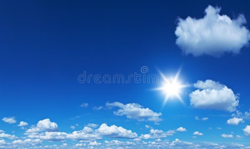 Nubes blancas del montón en el cielo azul fotografía de archivo libre de regalías