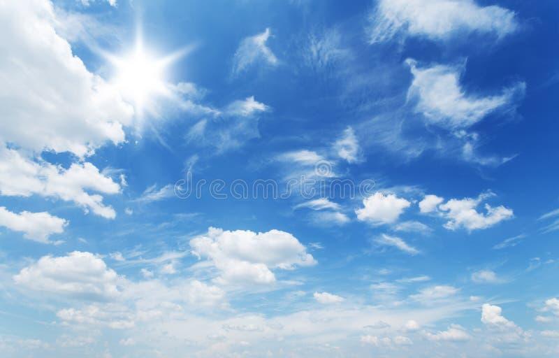 Nubes blancas del montón en el cielo azul imagen de archivo