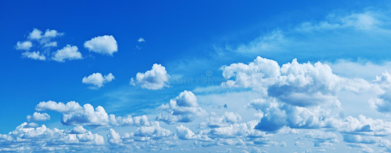 Nubes blancas del montón en el cielo azul imagenes de archivo