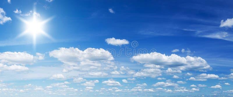 Nubes blancas del montón y sol brillante imágenes de archivo libres de regalías