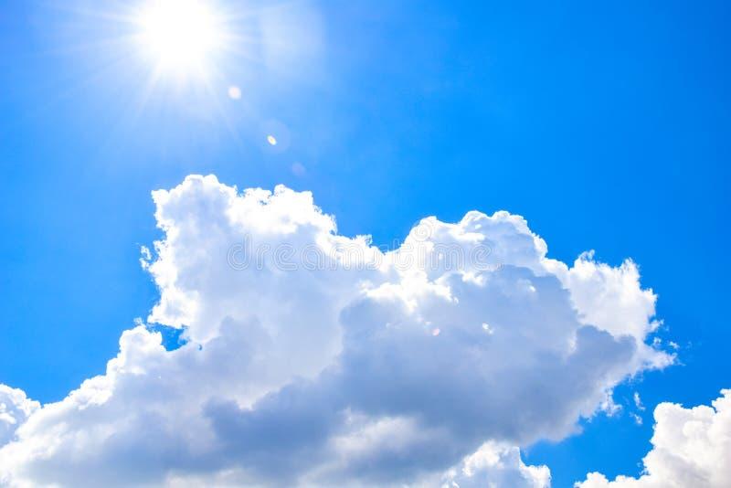 Nubes blancas del mont?n y sol brillante en el cielo azul fotos de archivo