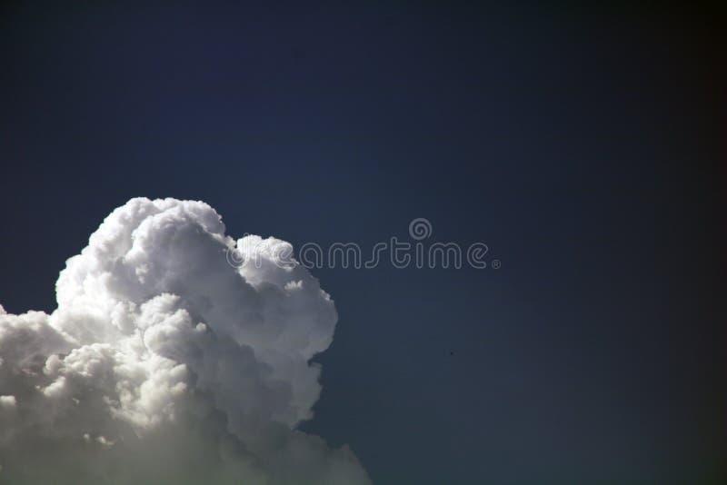 Nubes blancas dramáticas en el cielo azul fotografía de archivo libre de regalías