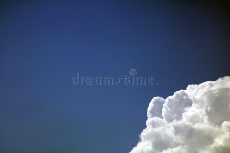 Nubes blancas dramáticas en el cielo azul foto de archivo