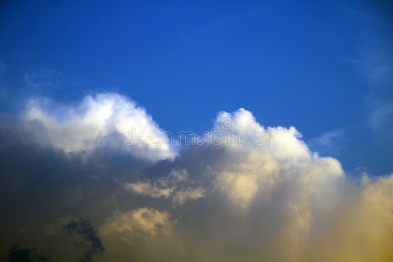 Nubes blancas dramáticas en el cielo azul fotos de archivo