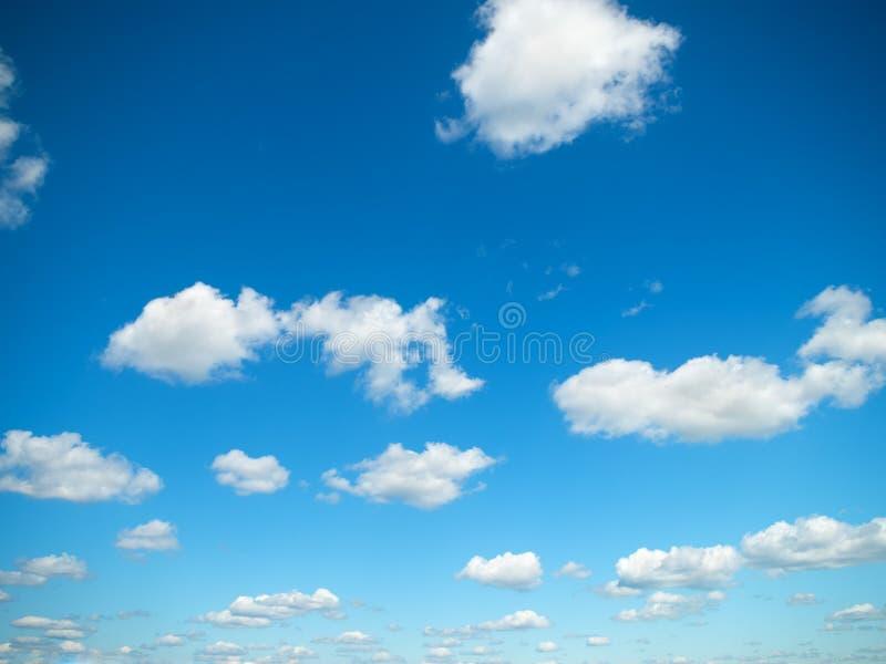 Nubes blancas en cielo azul imágenes de archivo libres de regalías