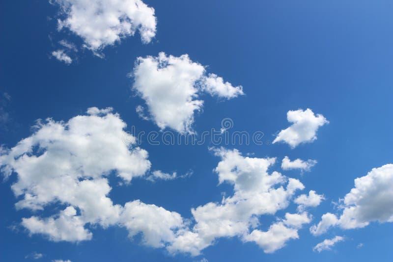 Nubes blancas en cielo azul imagenes de archivo