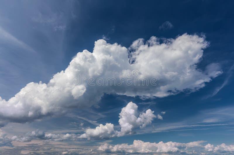 Nubes blancas en el cielo azul en el día idílico foto de archivo libre de regalías
