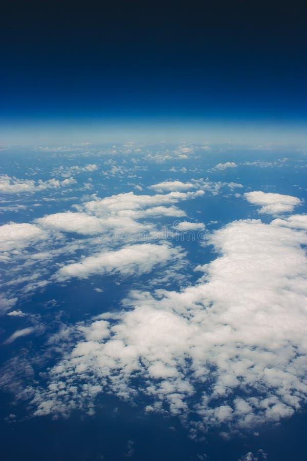 Nubes blancas en un cielo azul imagen de archivo
