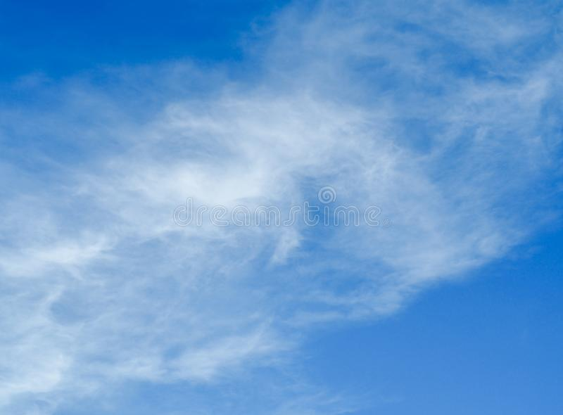 Nubes blancas fantásticas con el fondo del cielo azul imagen de archivo