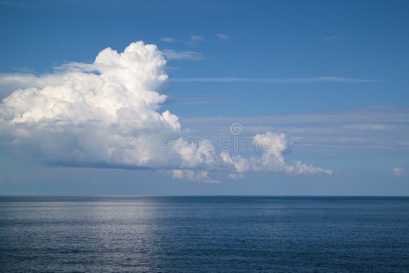 Nubes blancas hermosas en el cielo azul sobre el mar tranquilo fotos de archivo