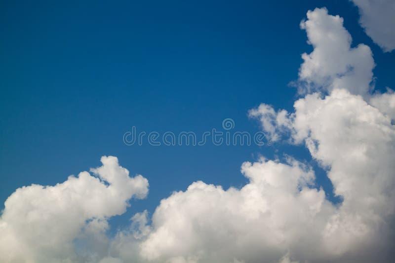 Nubes blancas hermosas en fondo del cielo azul imágenes de archivo libres de regalías