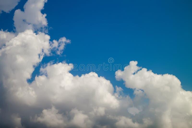 Nubes blancas hermosas en fondo del cielo azul imagen de archivo