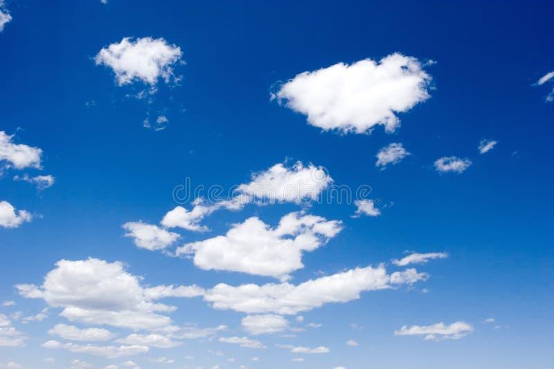 Nubes blancas hermosas sobre el cielo azul fotografía de archivo libre de regalías