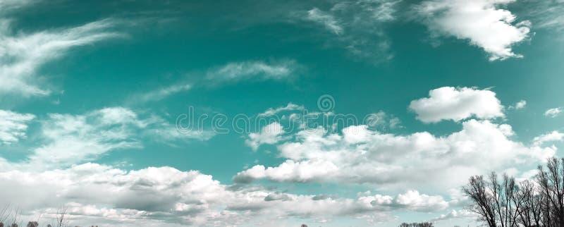 Nubes blancas hermosas sobre un fondo azul profundo fotos de archivo libres de regalías