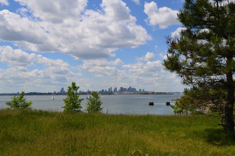 Nubes blancas hinchadas sobre Boston en la distancia fotos de archivo