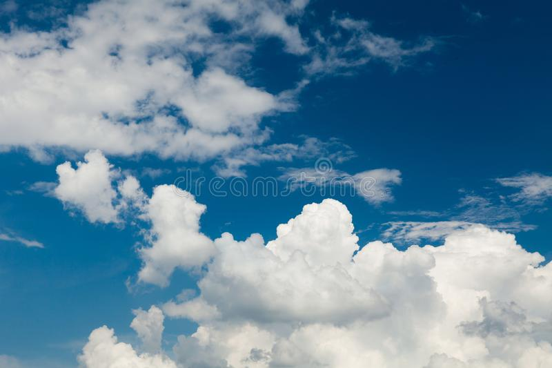 Nubes blancas mullidas en horizonte del cielo azul Fondo del paisaje del cúmulo fotos de archivo libres de regalías