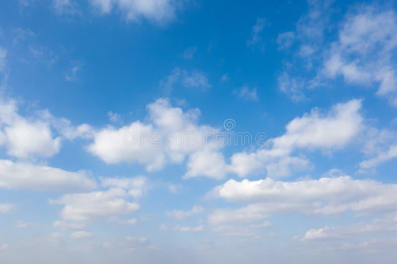 Nubes blancas onduladas sobre fondo azul del cielo foto de archivo