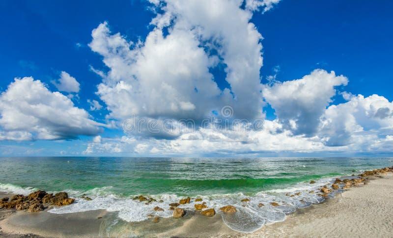 Nubes blancas sobre el Golfo de México de la playa de Caspersen en Venecia la Florida imagenes de archivo