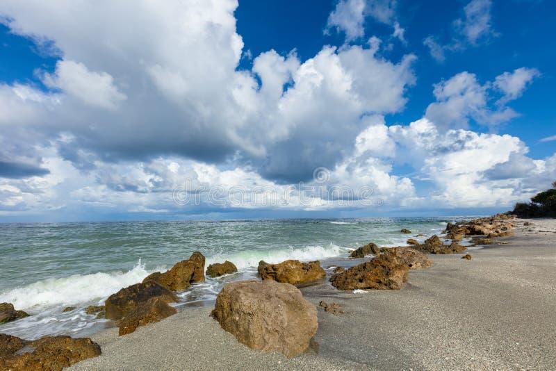 Nubes blancas sobre el Golfo de México de la playa de Caspersen en Venecia la Florida fotografía de archivo