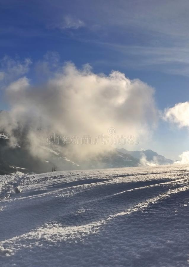 Nubes blancas sobre la montaña nevosa fotos de archivo libres de regalías