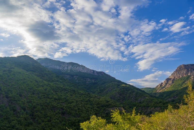 Nubes blancas sobre las montañas azules imagen de archivo libre de regalías