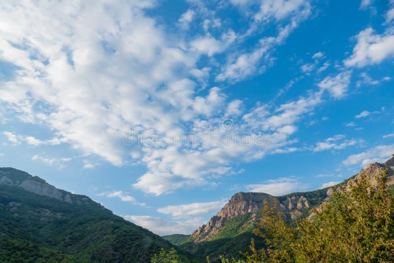 Nubes blancas sobre las montañas azules fotos de archivo libres de regalías